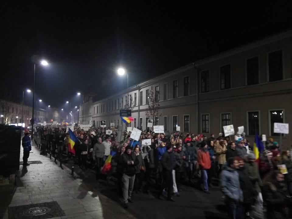"""Peste 30.000 de clujeni în 4-a zi de proteste la Cluj – """"Abrogați și apoi plecați"""" – VIDEO"""