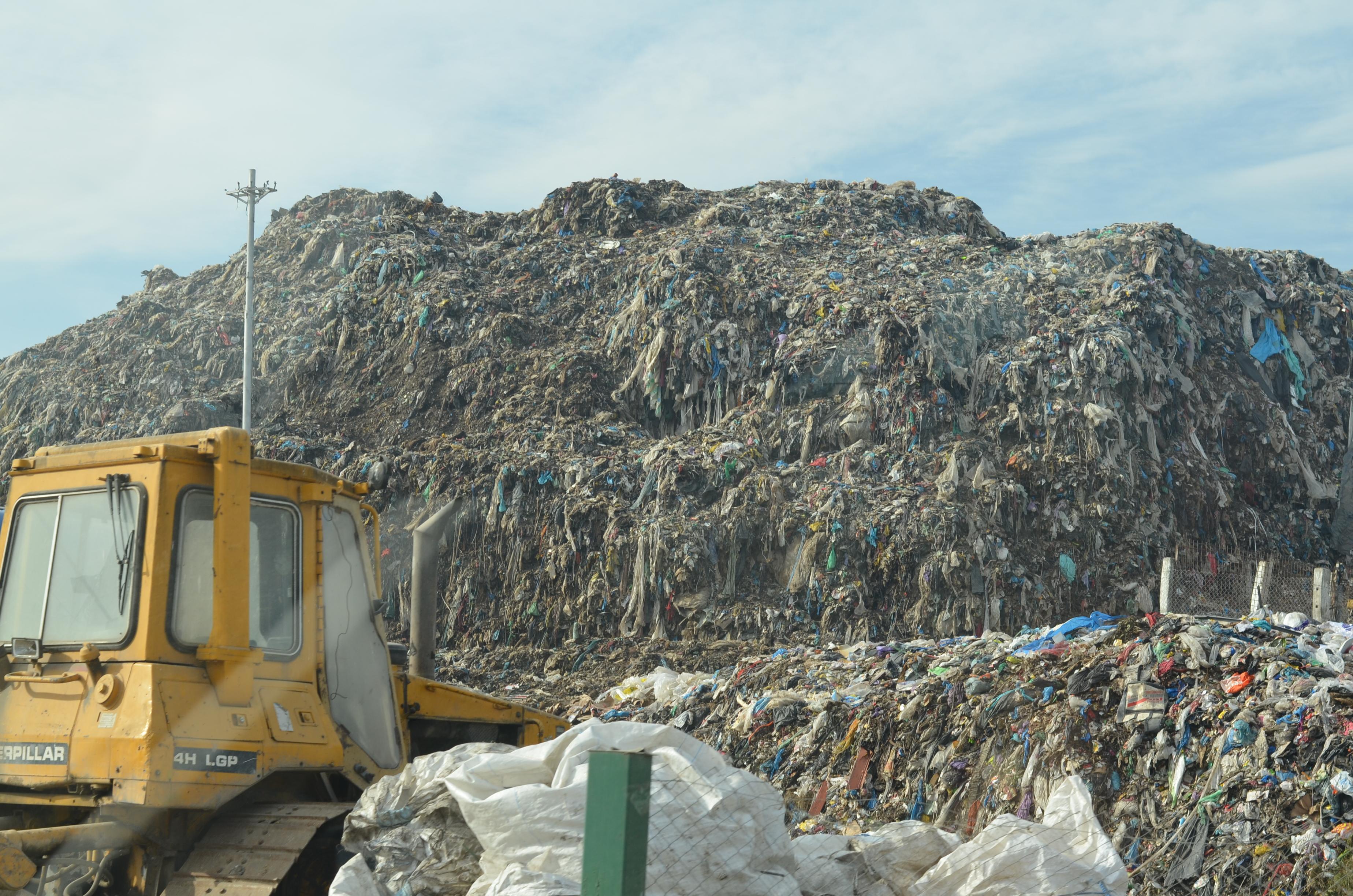 USR Cluj: 72 de senatori ascund gunoiul sub preș, îngropând România sub gunoaie.