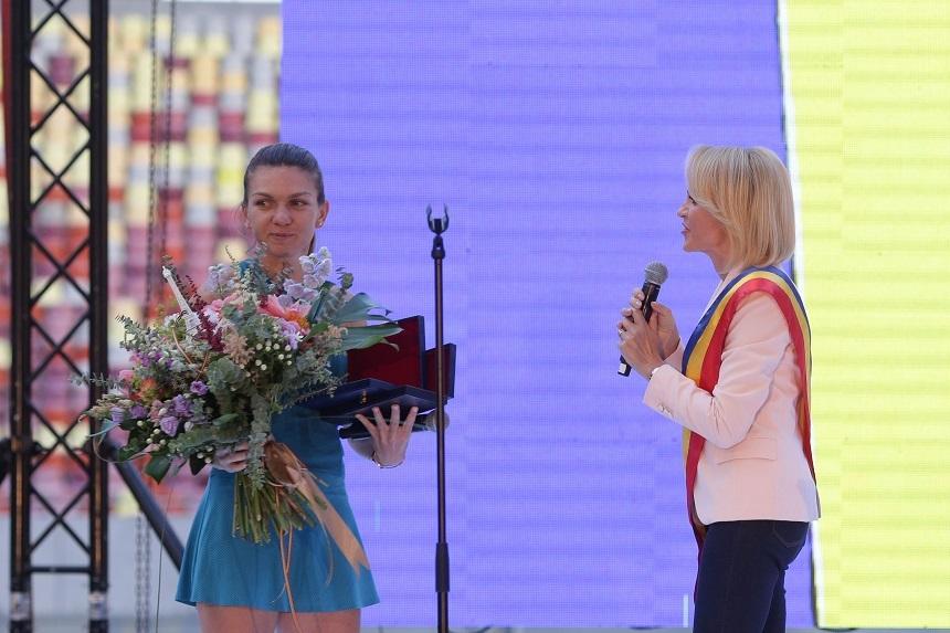 """Băsescu, după ce Gabriela Firea a fost huiduită pe Arena Naţională: Înfăşurată în tricolor, Ţoapa de Voluntari a vrut să fure ceva din gloria Simonei Halep"""""""