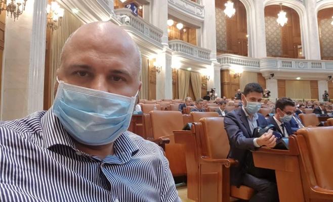 Protest USR cu măşti chirurgicale în plenul Parlamentului
