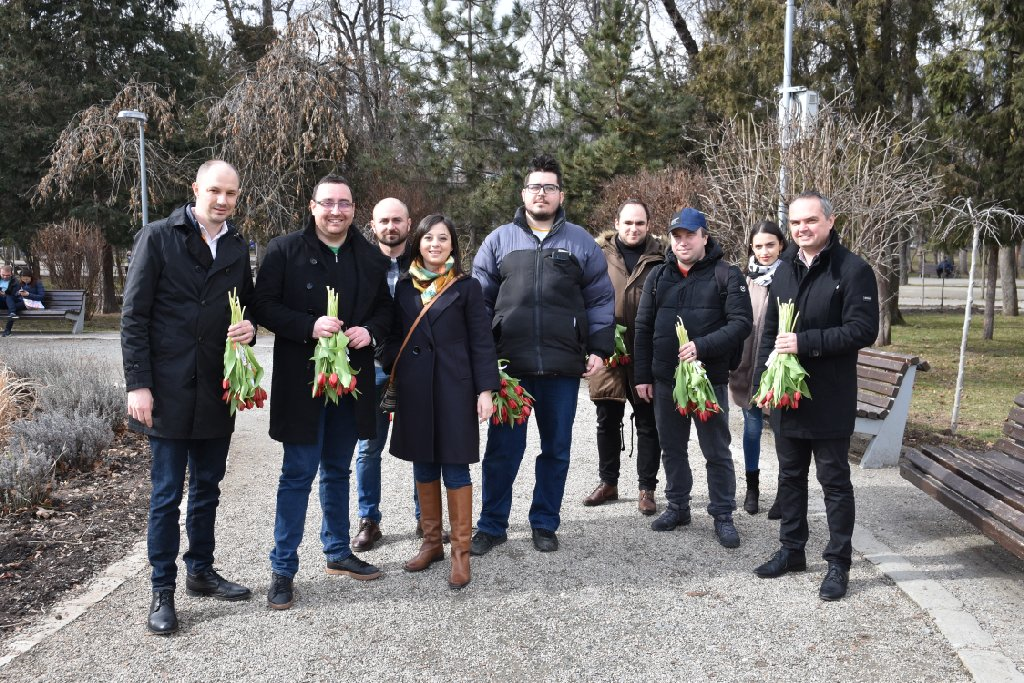 A revenit normalitatea în PSD Cluj. Social-democrații clujeni au sărbătorit venirea primăverii prin împărțirea de mărțișoare și lalele clujencelor în Parcul Central