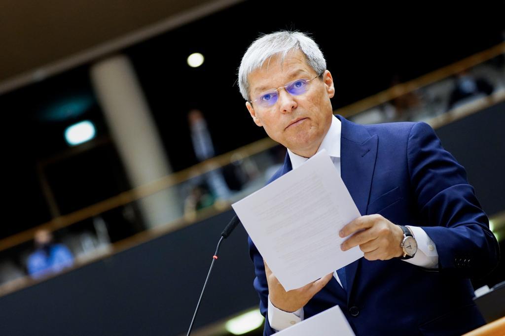 Dacian Cioloș a anunțat că este infectat cu COVID – 19 și că a intrat în autoizolare. Care este starea sa de sănătate