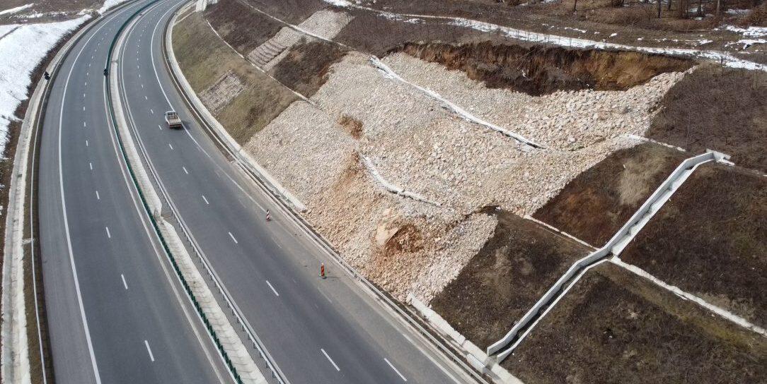 """Bucăți din Autostrada Transilvania o iau încet-încet la vale! Surparea s-a produs într-o zonă denumită """"Autostrada Muzeu"""""""