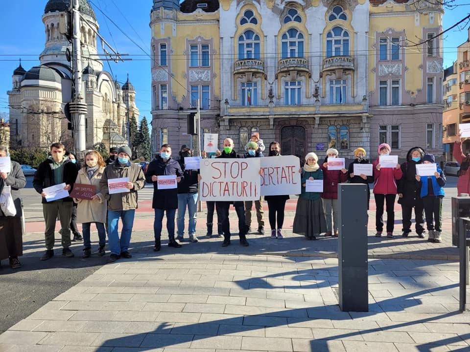 Simpatizanții AUR în frunte cu deputatul Ilie Coleșa au protestat astăzi la Cluj împotriva vaccinării obligatorii